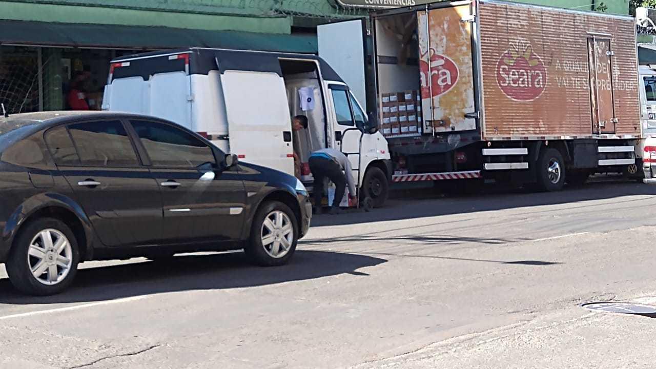 Caminhão e Vam descarregavam carga na Av. Calógeras e não estavam com o pisca alerta ligado. (Foto: Direto das Ruas)