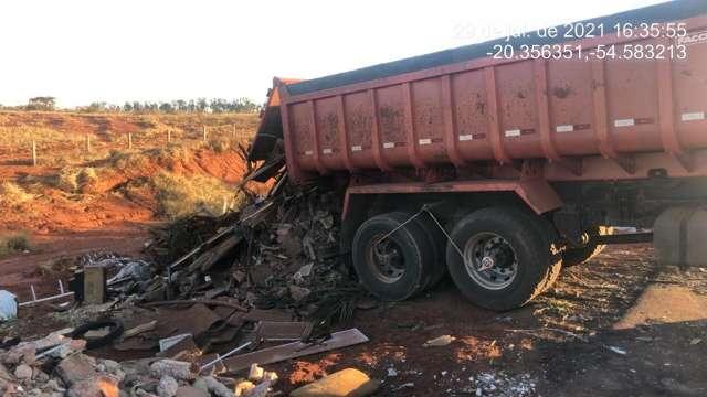 Caminhoneiro é flagrado descartando lixo à margem de rodovia na Capital