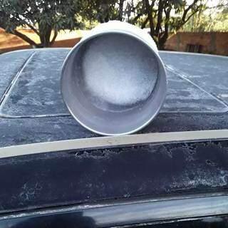 Em Iguatemi, água congelou em balde em sítio. (Foto: Direto das Ruas)