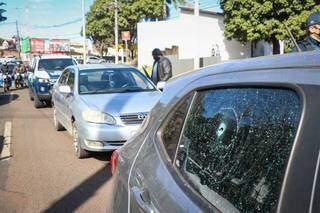 Carro parado na Zahran depois de vidro traseiro ser atingido por tiro. (Foto: Henrique kawaminami)