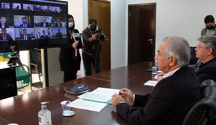 Reinaldo ao lado do chefe da Semagro, Jaime Verruck, em encontro com os governadores e o representante dos EUA (Foto: Divulgação/GovMS)