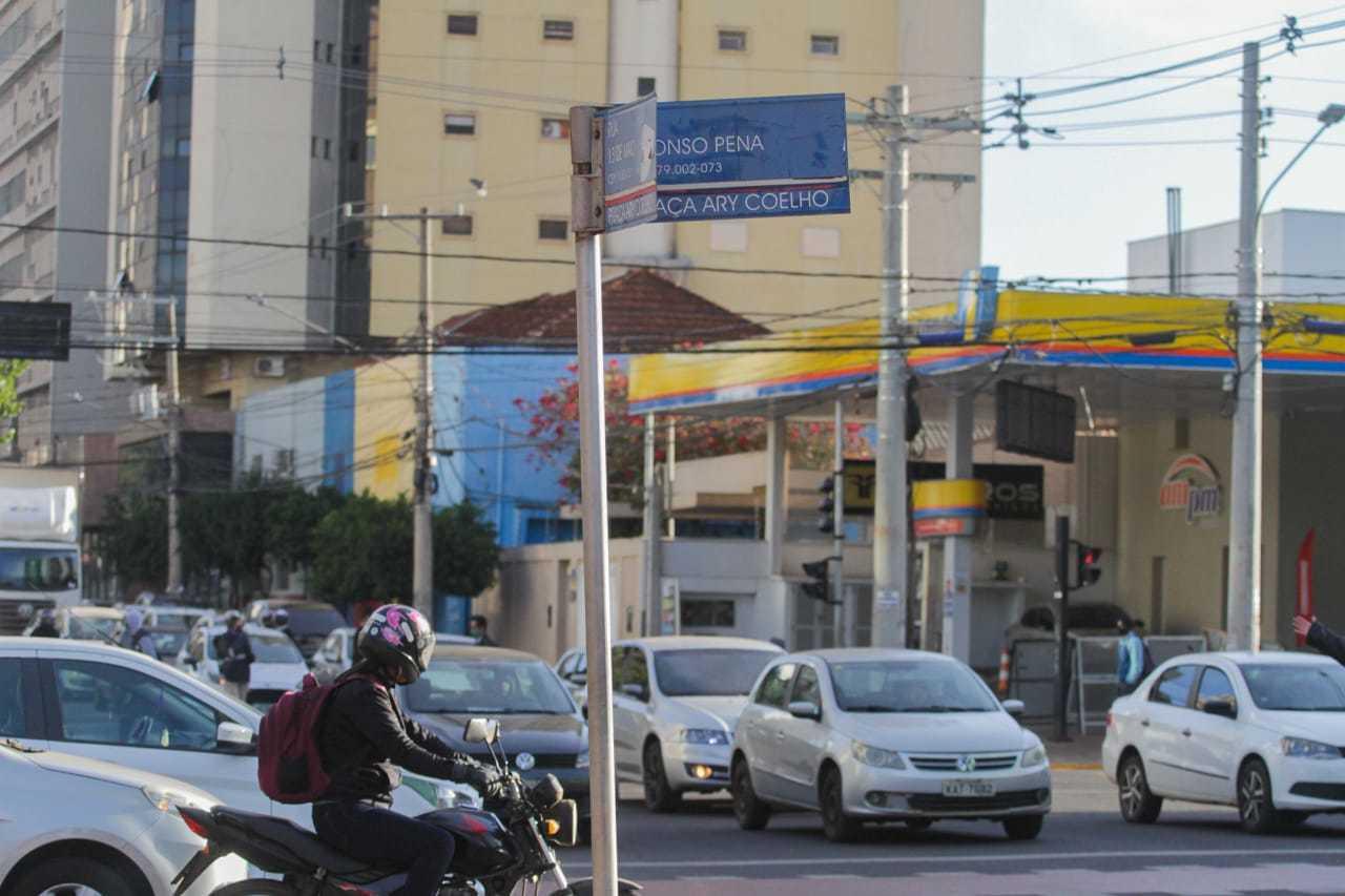 Trânsito teve lentidão no horário de pico no Centro de Campo Grande. (Foto: Marcos Maluf)