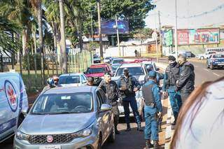 Vários policiais militares estão na avenida acompanhando a ocorrência. (Foto: Henrique kawaminami)