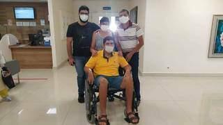 Família saindo com o fotógrafo do hospital. (Foto: Arquivo Pessoal)