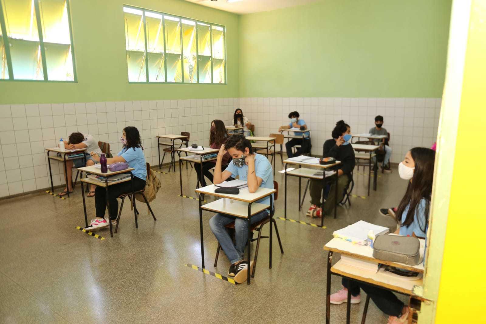 Já sob as novas regras de biossegurança, alunos estudam de forma presencial na Capital (Foto: Paulo Francis/Arquivo)