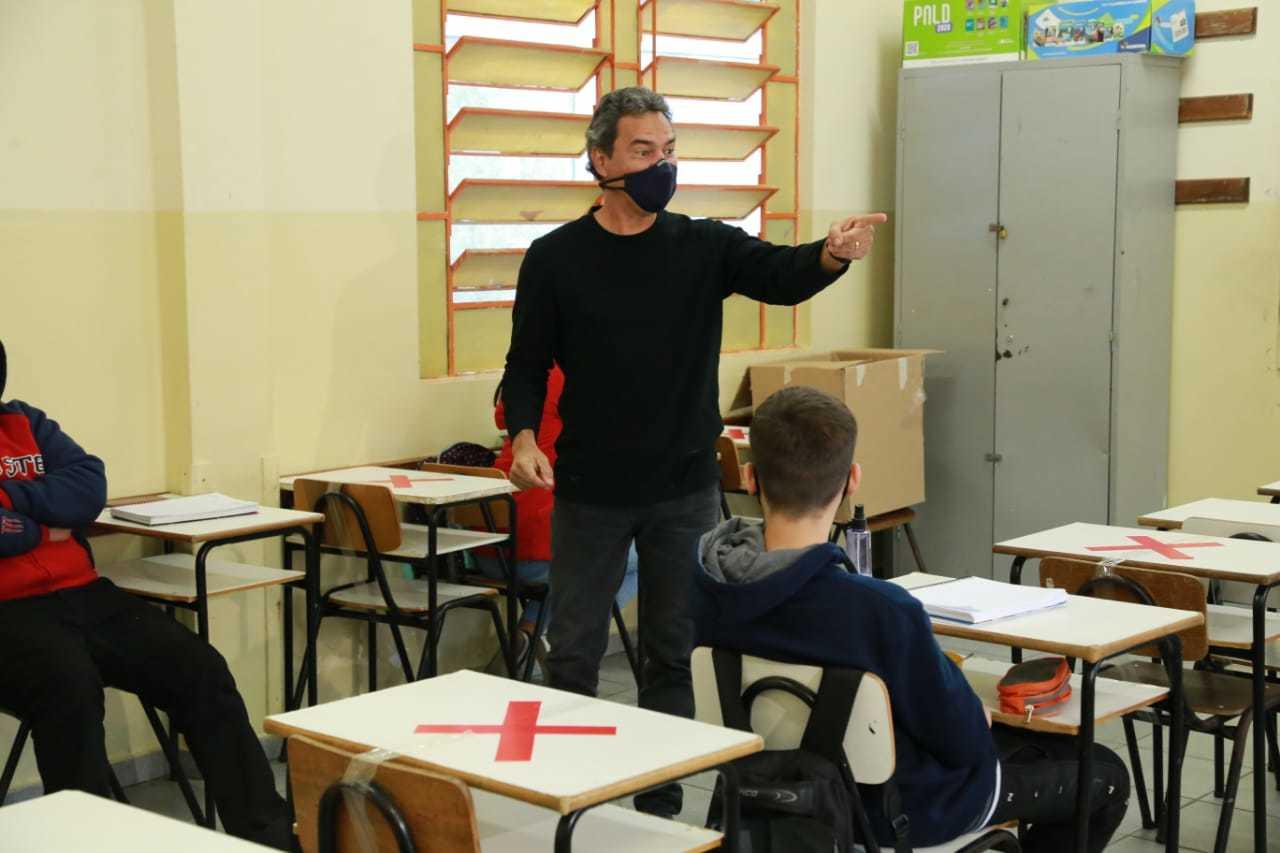 Prefeito visitou escola e aproveitou para testar os conhecimentos dos alunos (Foto: Kisie Ainoã)