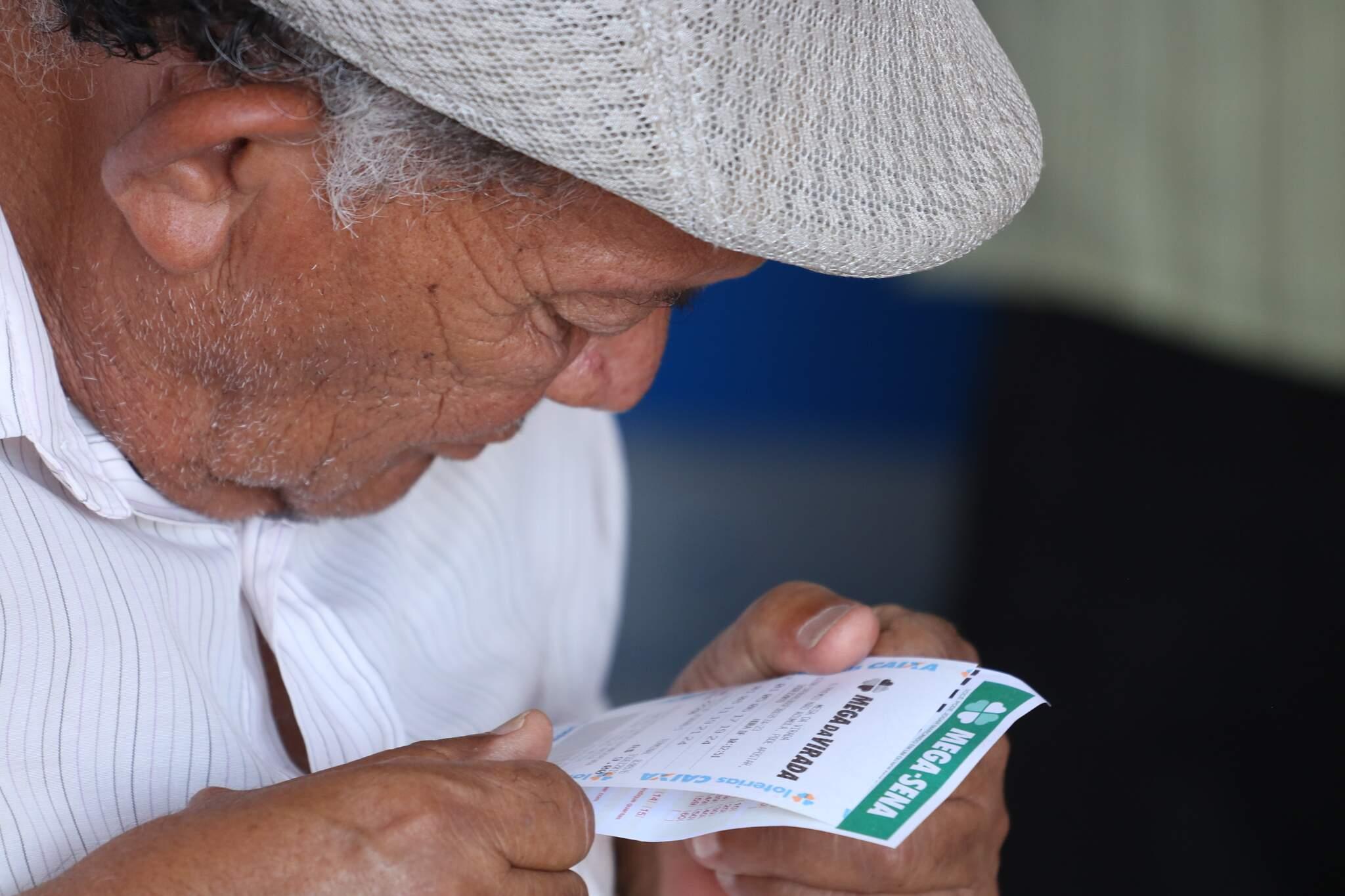 Apostador conferindo as dezenas da Mega. (Foto: Marcos Maluf)