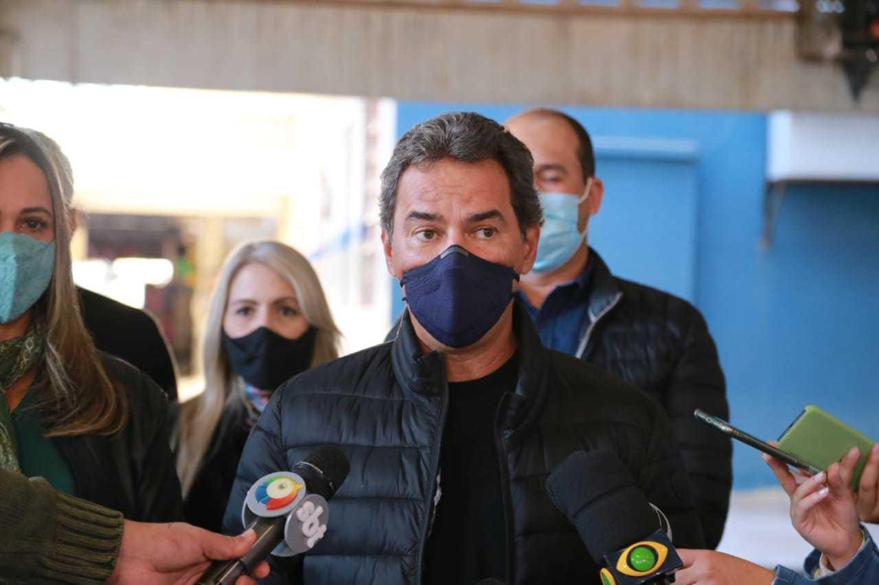 Prefeito conversou com a imprensa durante visita à escola no bairro Monte Castelo, nessa tarde (Foto: Kisie Ainoã)