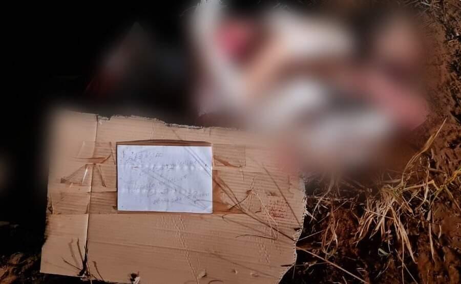 Bilhete anunciando próximas vítimas ao lado de corpo esquartejado em Ponta Porã (Foto: Direto das Ruas)