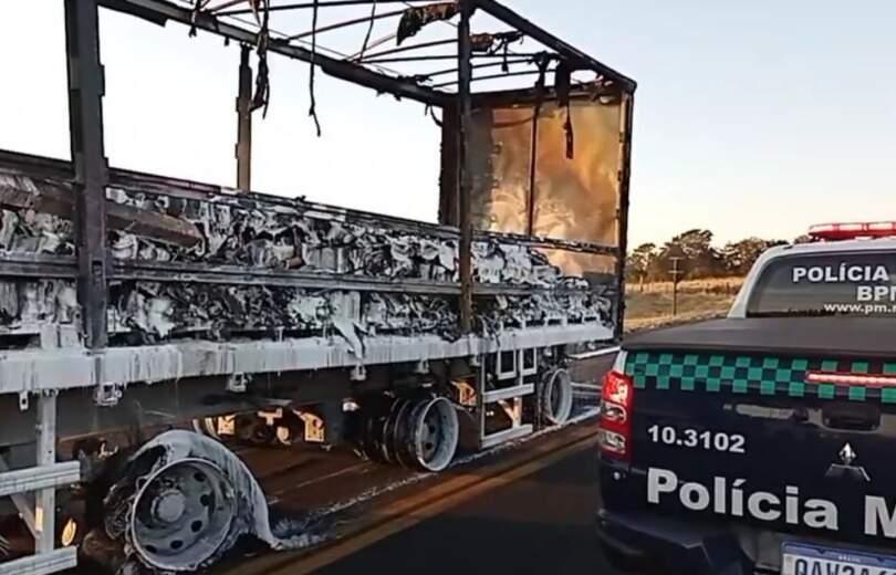 Carreta ficou destruída após incêndio por problemas mecânicos (Foto: Divulgação   PMA)