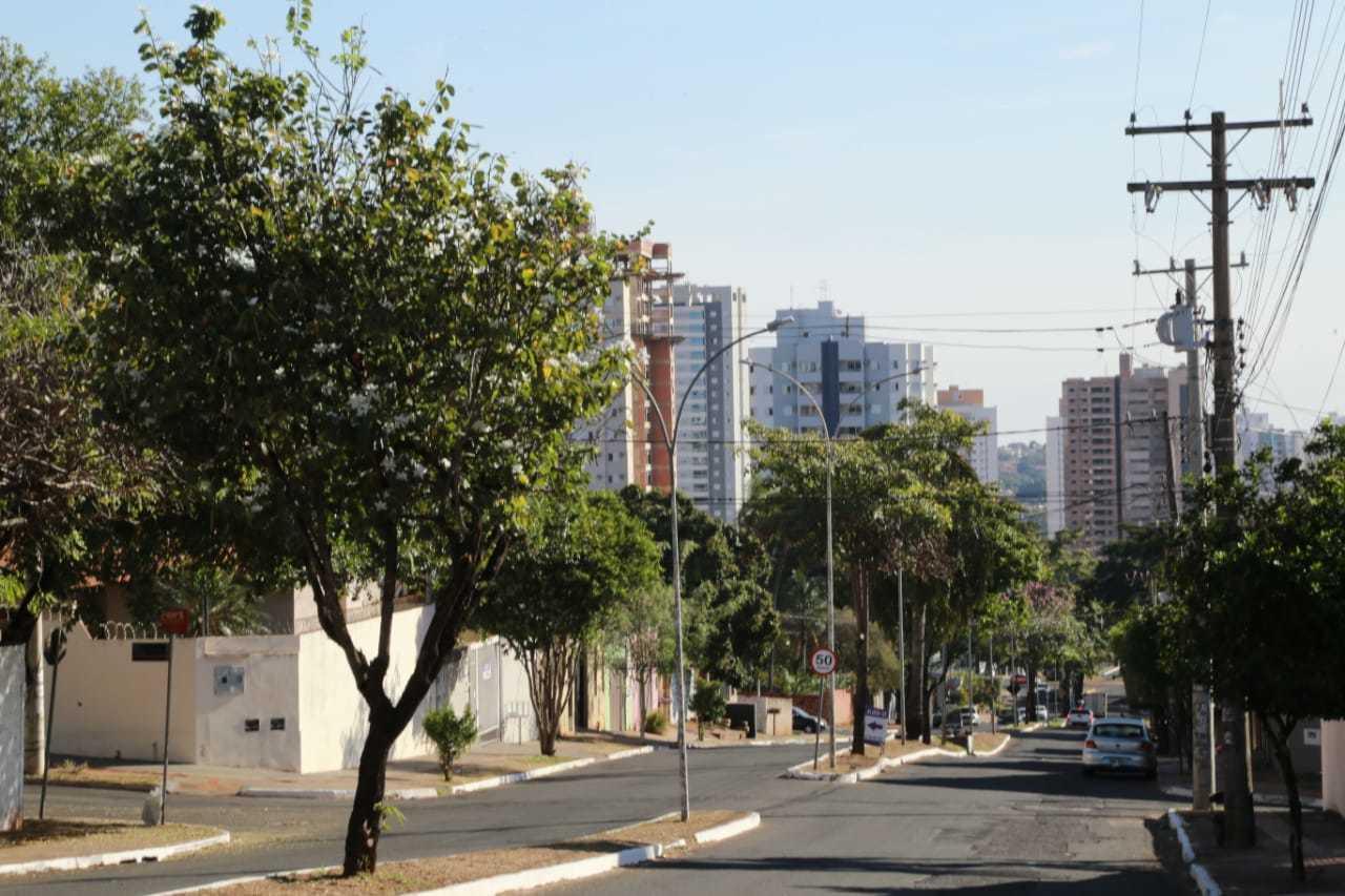 Sol em avenida de Campo Grande por volta das 15 horas. (Foto: Kisie Ainoã)