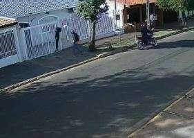 """Abordada por assaltantes, jovem """"livra"""" bolsa, mas perde celular de R$ 1,5 mil"""