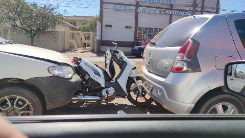 Motocicleta fica prensada entre veículos na Guaicurus