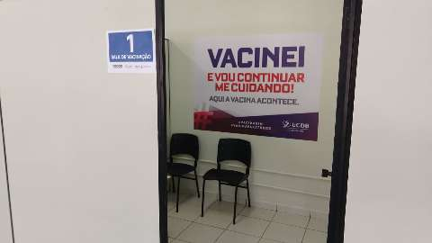 Drive da UCDB abre sala para vacinar quem for a pé até unidade