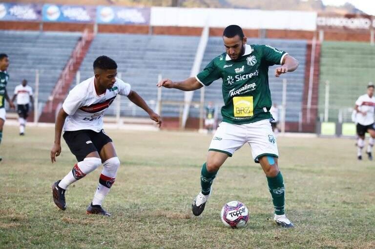 Jogador da Caldense, de camiseta verde, tenta escapar da marcação do Águia Negra em jogo do primeiro turno (Foto: Renan Muniz/Caldense)