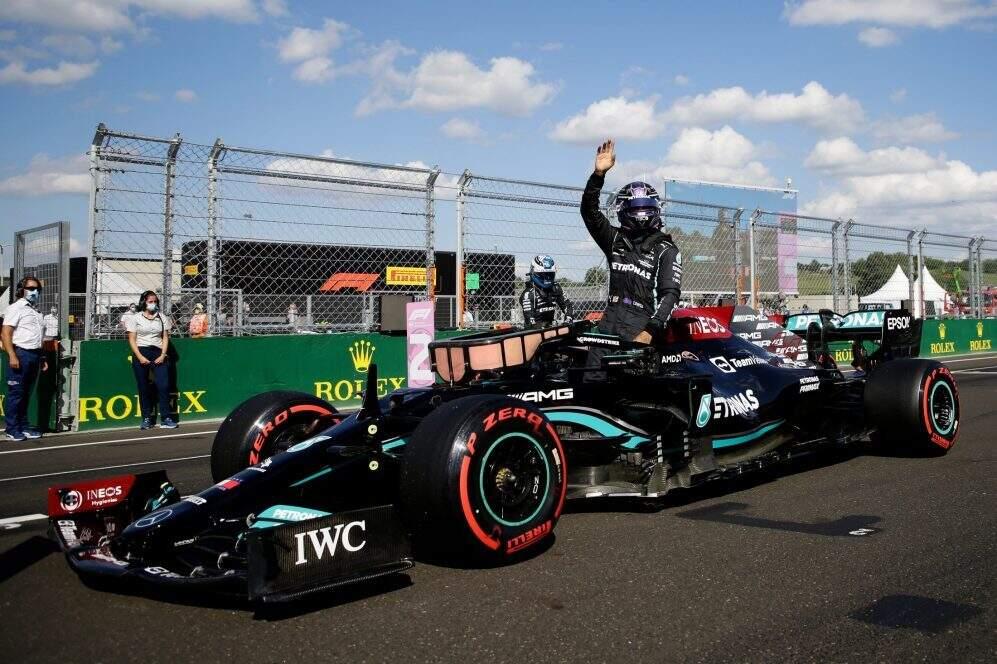 Lewis Hamilton acena para a torcida no fim do treino (Foto: Fórmula 1/Divulgação)