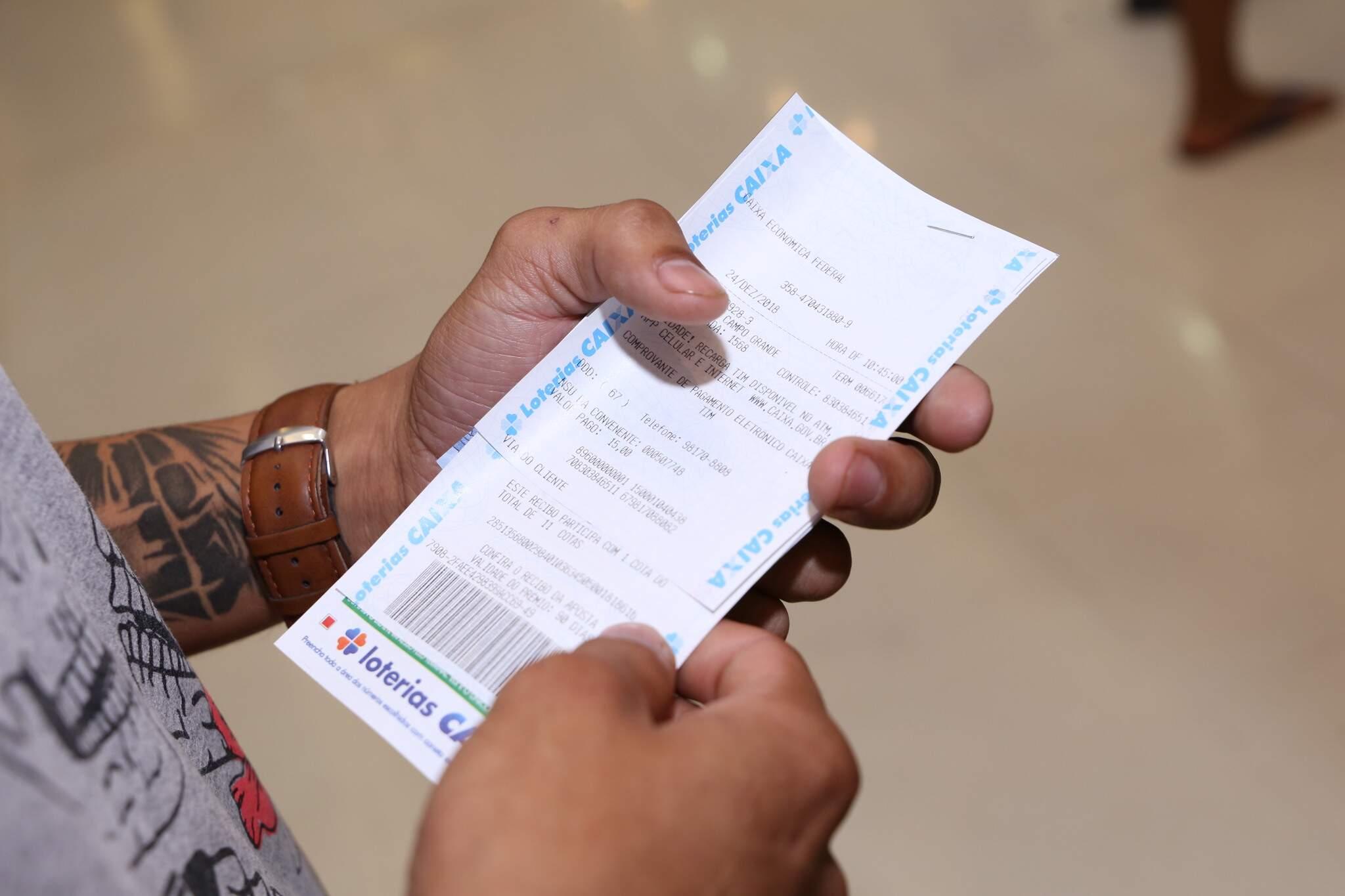 Apostador com uma cartela da Mega-Sena em mãos. (Foto: Kísie Ainoã)
