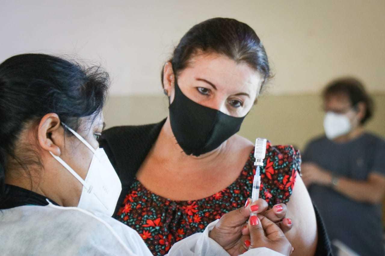 Mara Lúcia tomou hoje a segunda dose da vacina contra a covid. (Foto: Henrique Kawaminami)