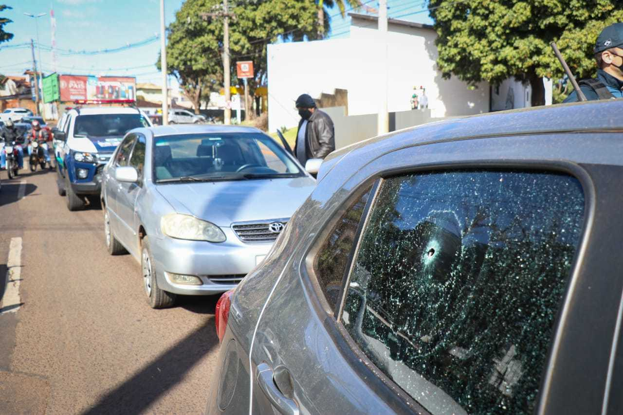 Marca de tiro no vidro do veículo do policial militar. (Foto: Henrique Kawaminami)
