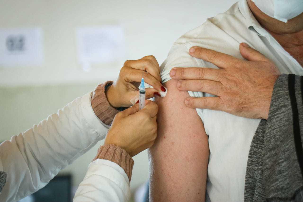 Vacina é aplicada na manhã deste sábado na Seleta (Foto: Henrique Kawaminami)