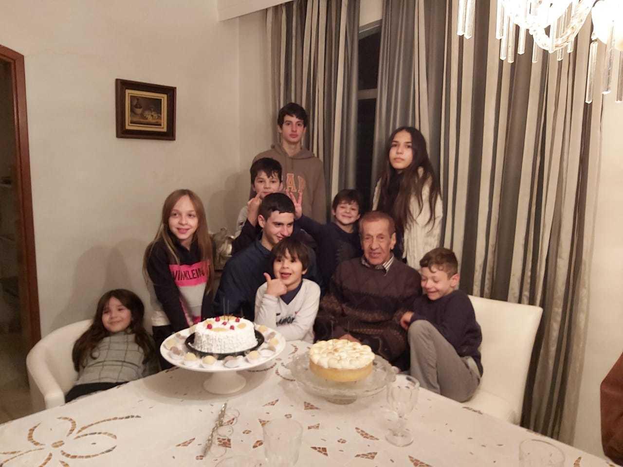 Pedro, ao centro, rodeado dos netos em reunião familiar. (Foto: Arquivo Pessoal)