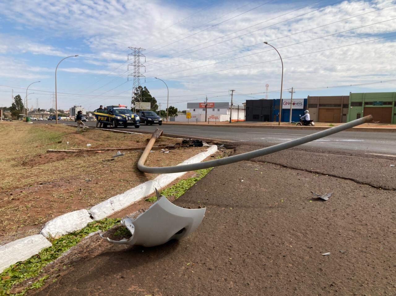 Com o impacto da batida, poste de luz e parte do para-choque do veículo foram derrubados (Foto: Mariely Barros)