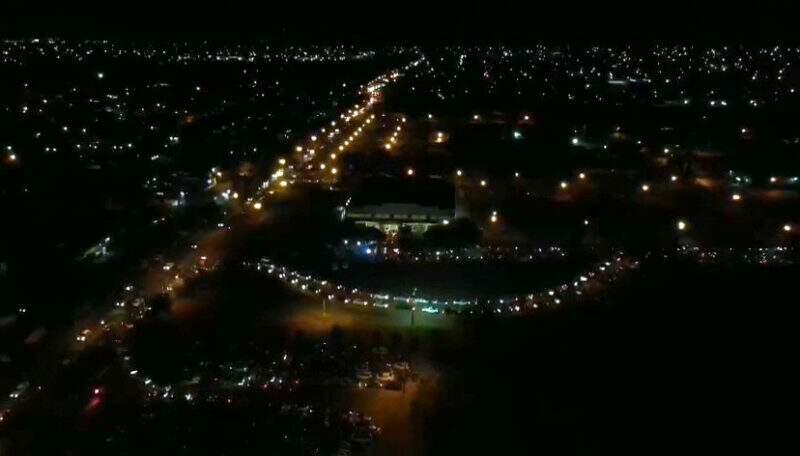 Vista à noite da vacinação em Dourados, realizada pela prefeitura (Foto/Divulgação)