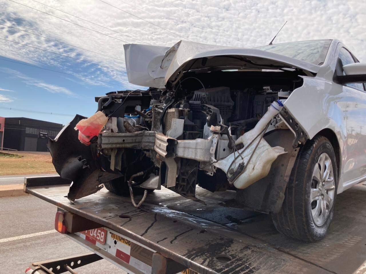 Carro com a frente destruída foi guinchado para o pátio da PRF. (Foto: Mariely Barros)