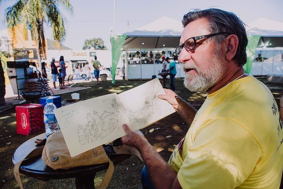 Adilson mostrando sua obra em uma das edições do Festival de Inverno de Bonito. (Foto: Arquivo/Helton Perez e André Patroni)