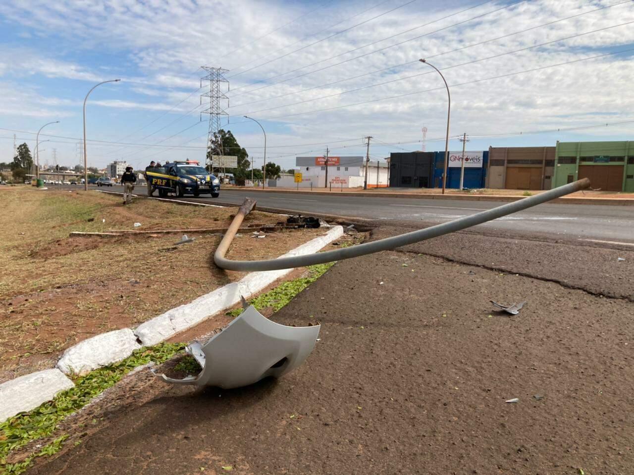 Poste de luz foi derrubado pelo condutor (Foto: Mariely Barros)