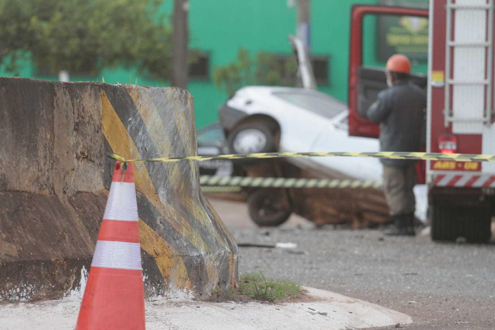 Carro bateu em parede de contenção, no canteiro da Guaicurus, rodou na pista e parou 30 metros depois (Foto: Marcos Maluf)
