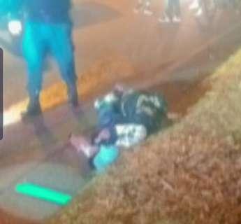 Dupla é surpreendida enquanto caminhava e executada com pelo menos 30 tiros