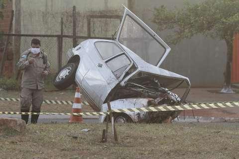 Motorista morre ao perder controle e colidir Gol em contenção na Guaicurus
