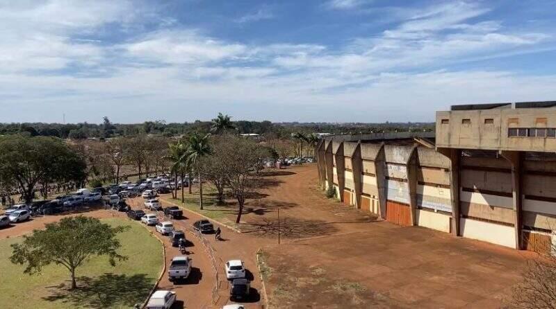 """Fila no """"rolêzinho"""" no Pavilhão Dom Deodarto Leitz, em Dourados (Foto/Divulgação/Prefeitura)"""
