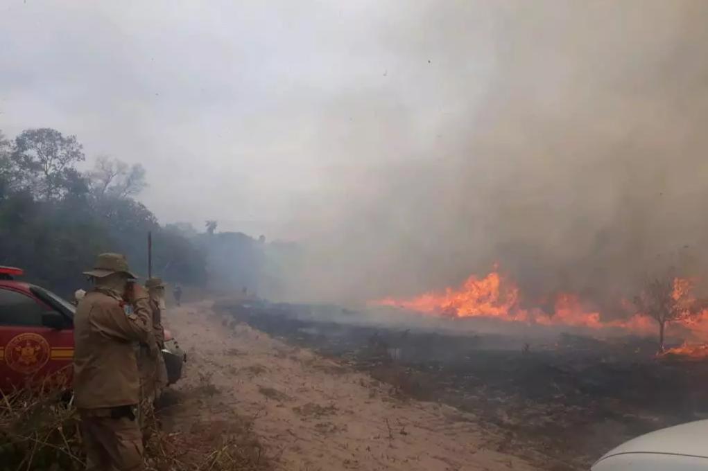 Combate na Fazenda Cáceres, principal foco de incêndio no momento. (Foto: Corpo de Bombeiros)