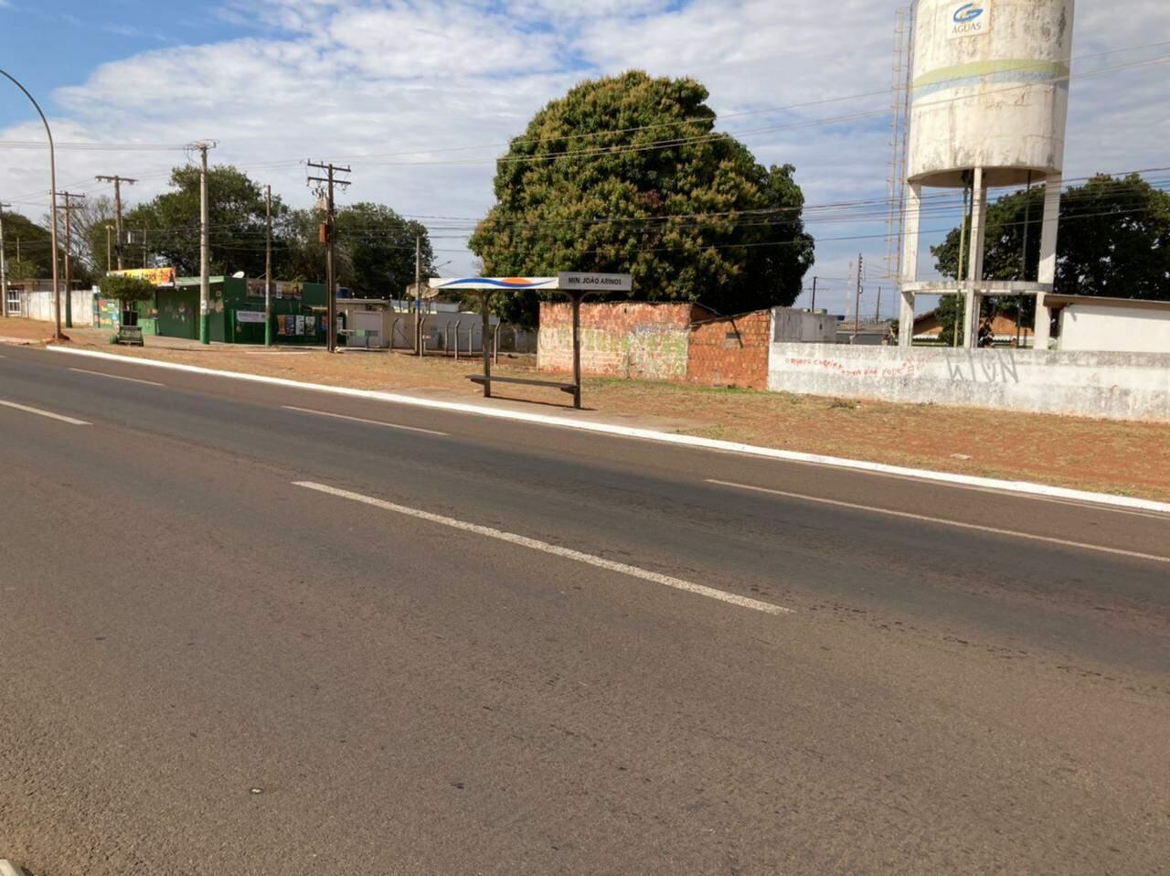 Caminhão passava em frente a ponto de ônibus quando os disparos aconteceram. (Foto: Maryelle Barros)
