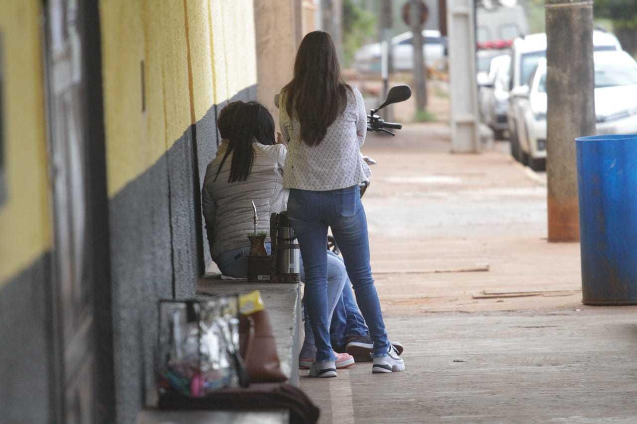 Mulheres na porta do IPCG, aguardando autorização para entrada (Foto: Marcos Maluf)