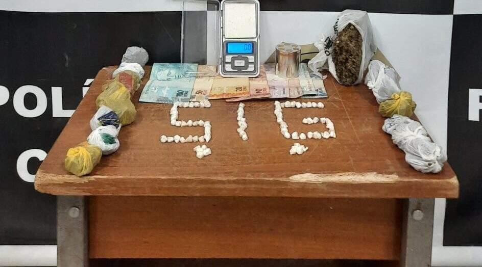 Dinheiro, droga e balança foram apreendidos e levados para delegacia. (Foto: PM)
