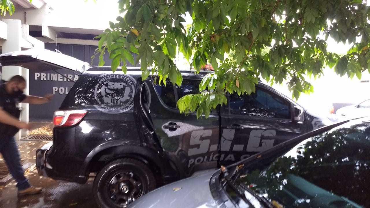 Equipe da Polícia Civil atuando na cidade de Ladário, onde mulher denunciou agressão. (Foto: Divulgação)