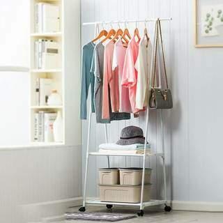 Araras ao invés de guarda-roupas também é uma opção mais descolada para o quarto. (Foto: Leroy Merlin)