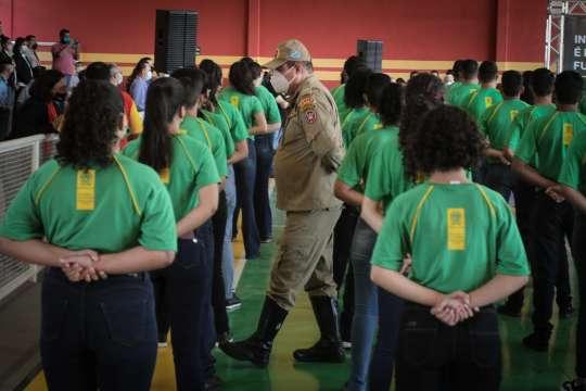 """Escola cívico-militar aposta na disciplina para recuperar tempo """"perdido"""""""