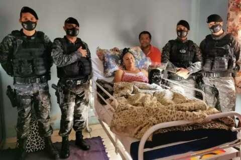 Sobrevivente, Gilza agradece com os olhos policiais que a socorreram em acidente