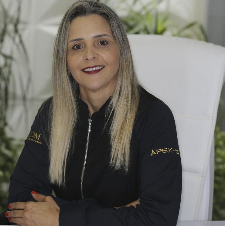 A fisioterapeuta Dra. Flavia Gonçalves, que proporciona atendimento fisioterapêutico aos pacientes antes ou após o período de reabilitação oral. (Foto: Divulgação)