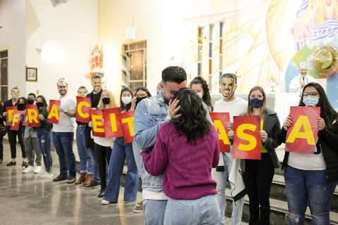 Avô e 40 amigos mascarados fazem surpresa em pedido de casamento