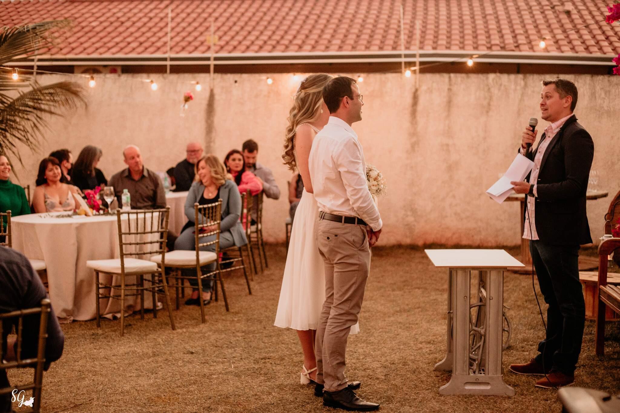Casamento foi realizado no quintal de casa e casal fez de tudo para não perder o charme. (Foto: Stephanie Gomes Fotografia)