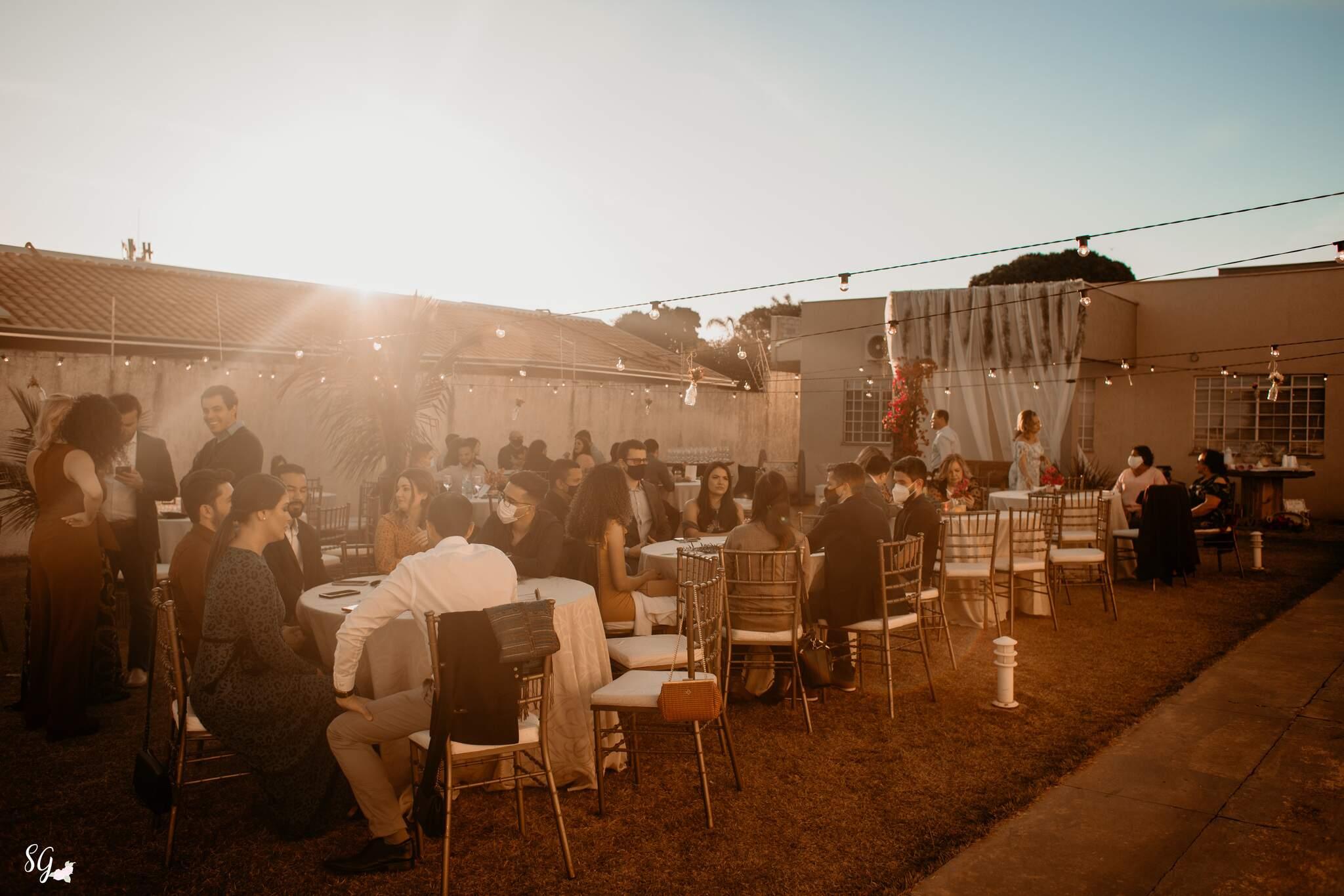 Com pôr do sol, casamento teve cenário ainda mais belo no fim de tarde. (Foto: Stephanie Gomes Fotografia)