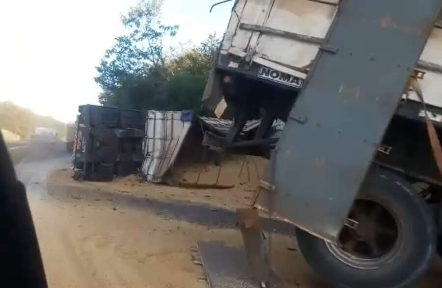 Carga de grãos ficou espalhada na pista após carreta tombar, na MS-134. (Foto: Nova News)