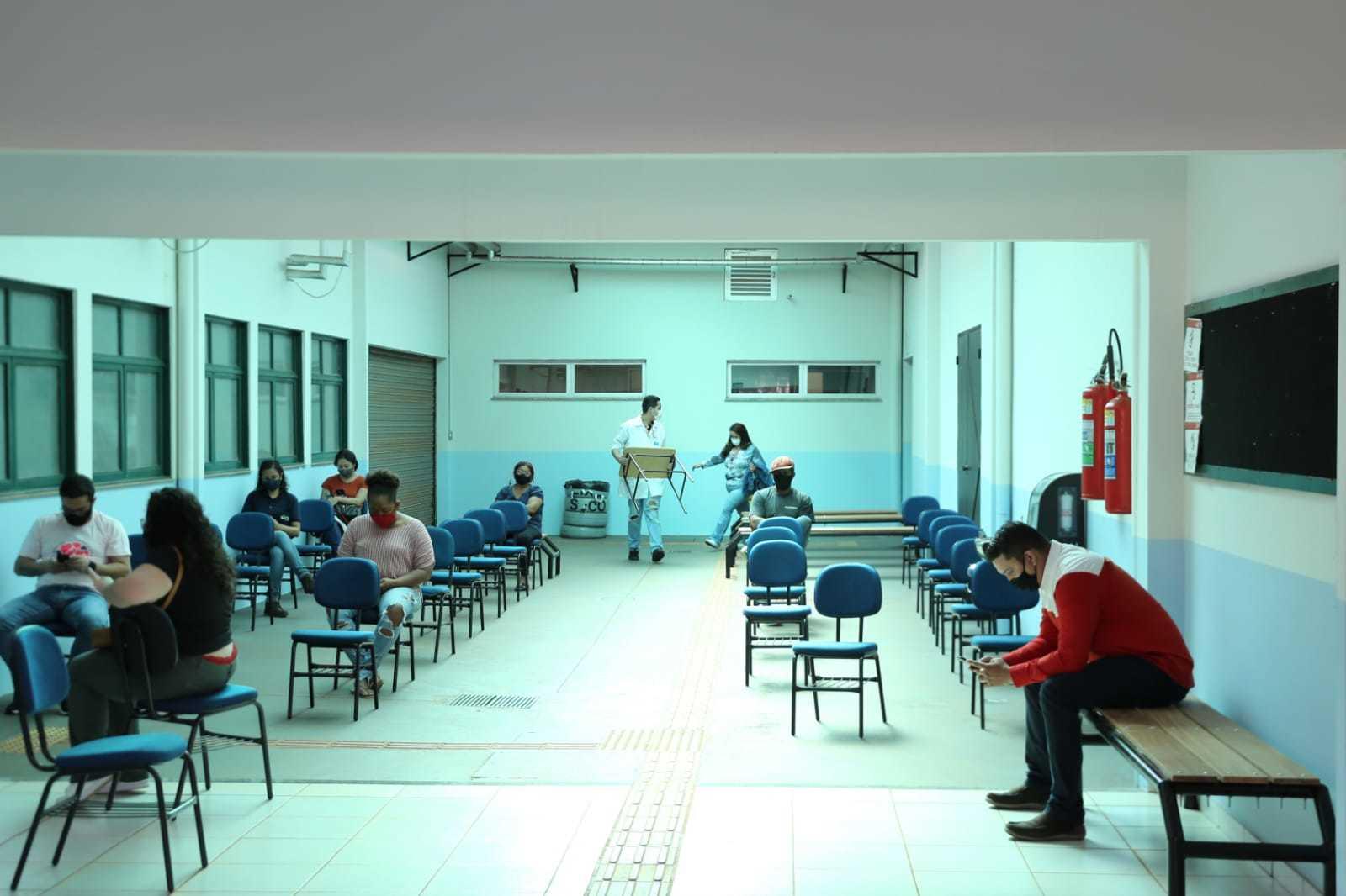 Movimento tranquilo, no início da tarde desta segunda, no posto de vacinação da UCDB (Foto: Paulo Francis)