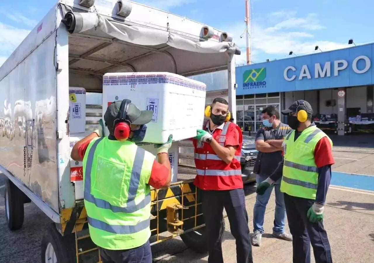 Carregamento de doses de vacina contra a covid chega em Campo Grande (Foto: Paulo Francis)