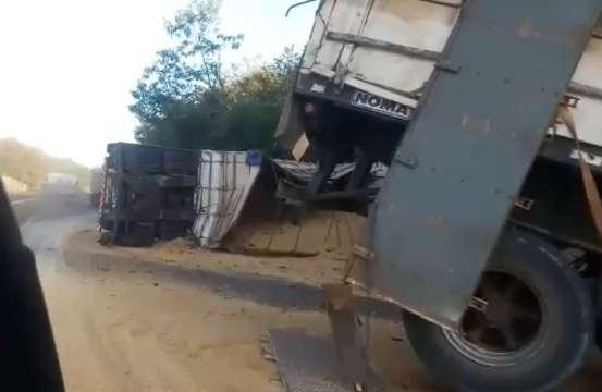 Carreta tomba e grãos espalhados na pista bloqueiam parcialmente MS-134
